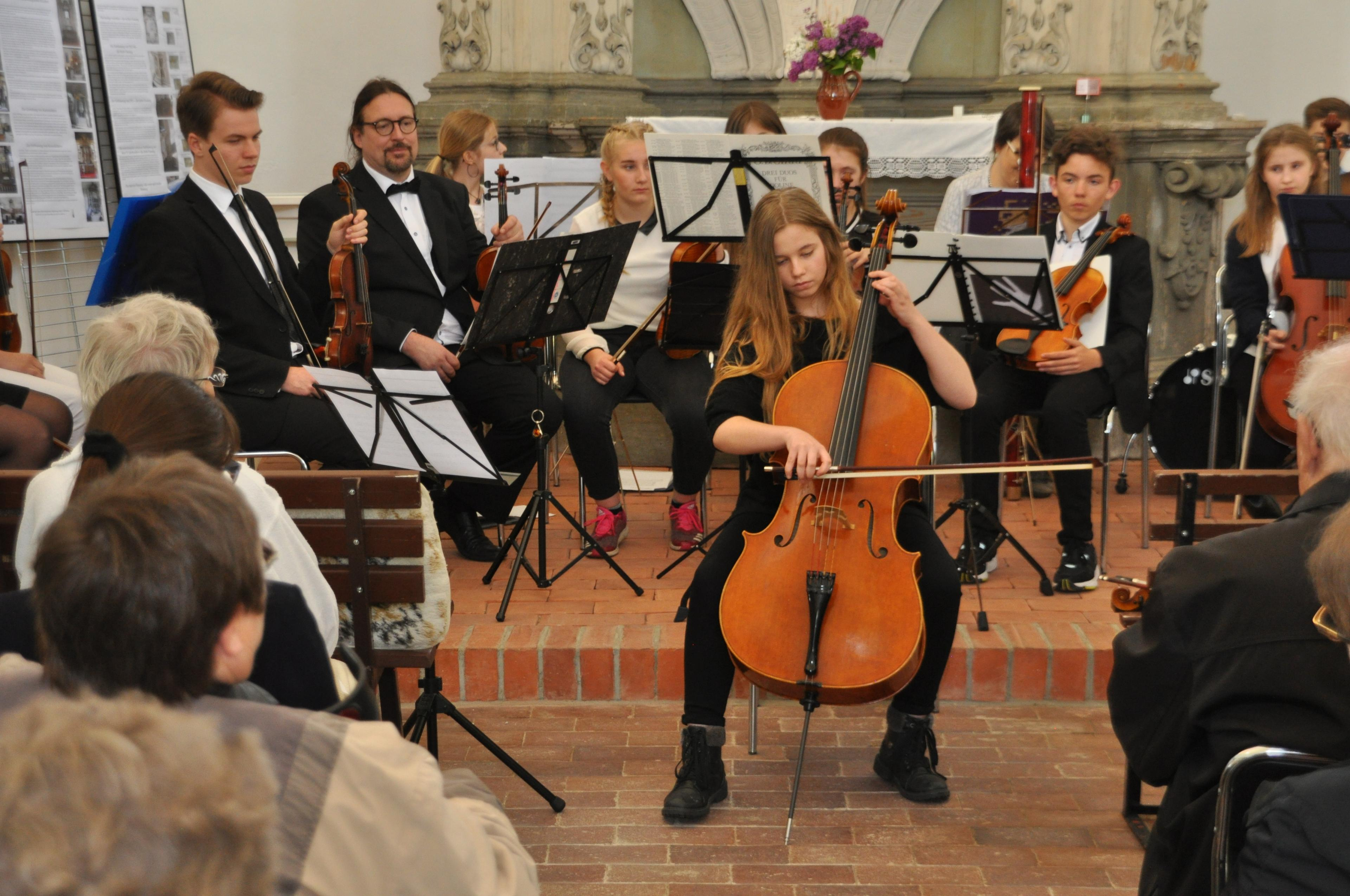 Junge Cellistin in der Kirche Reuden
