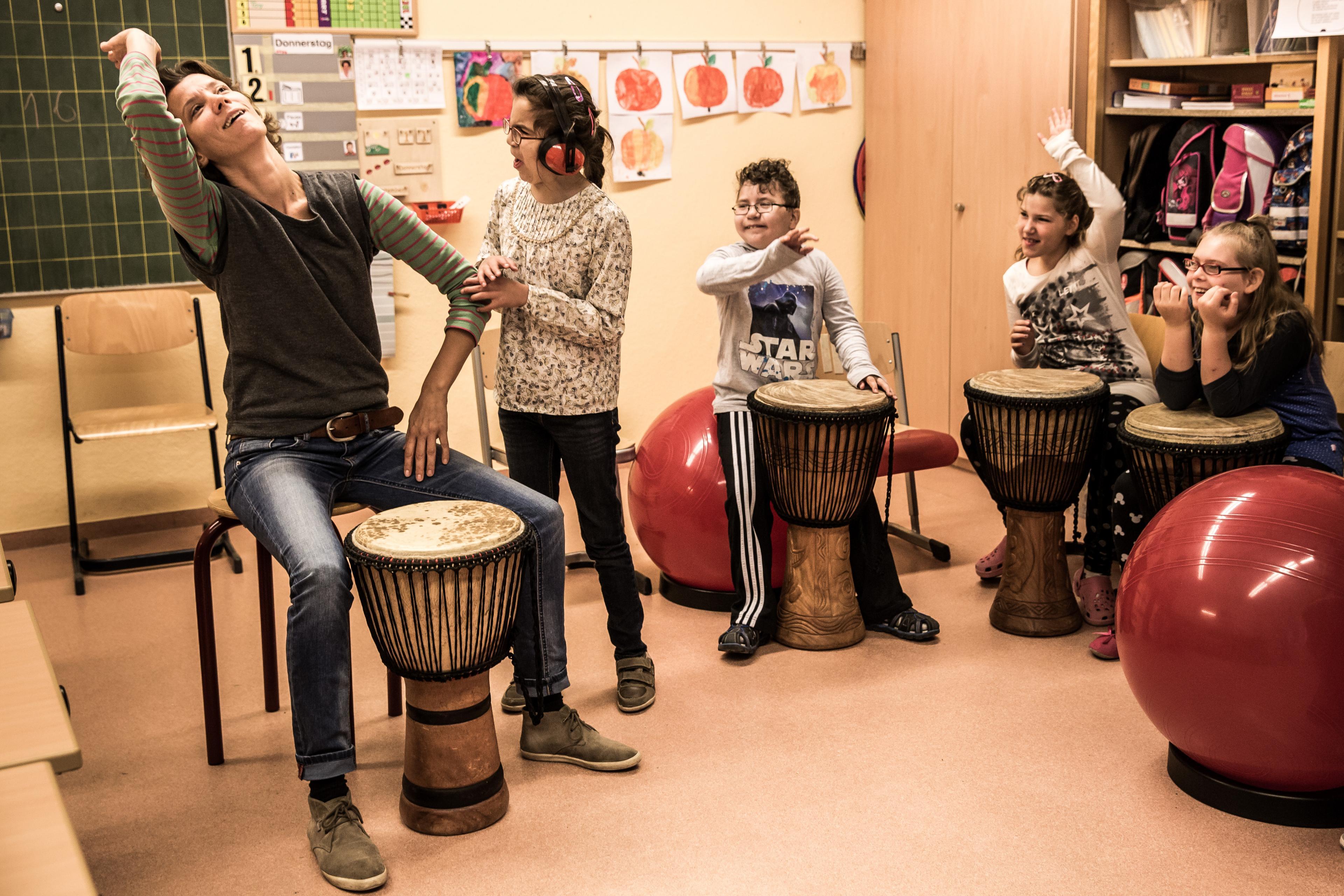 Junge Trommlerinnen mit Lehrerin