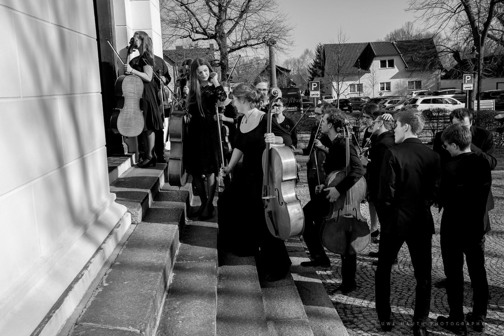 Orchestermitglieder auf der Kirchtreppe