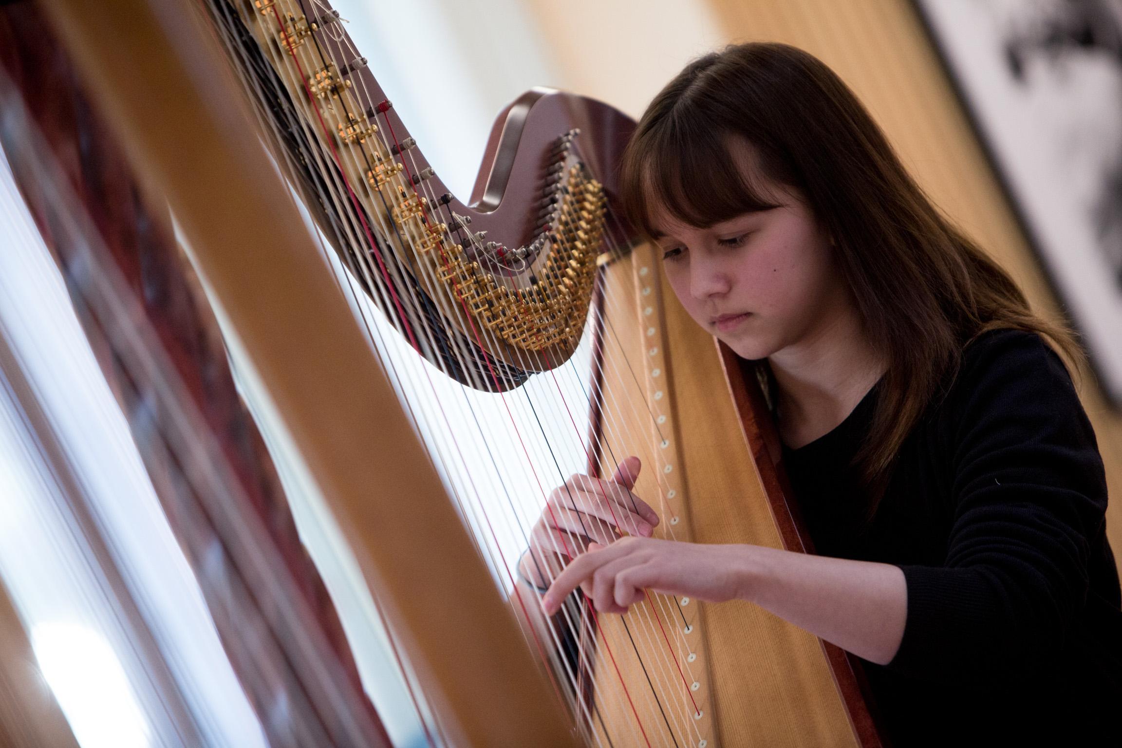 Junge Harfenistin bei Jugend musiziert