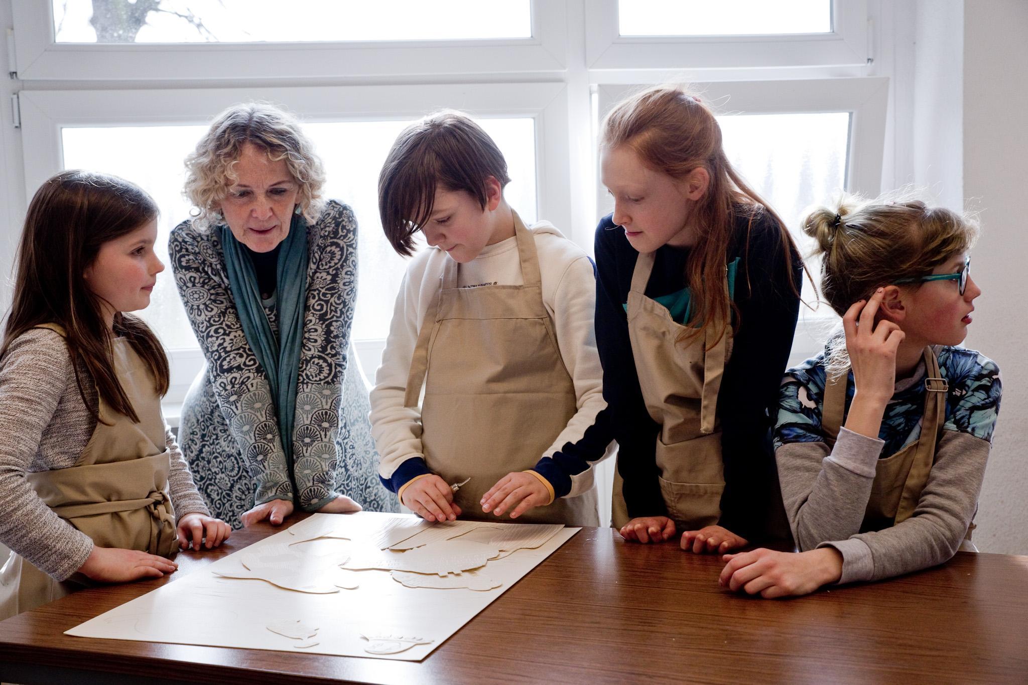 Junge Künstler und Dozentin des Projektes Klasse:Kunst