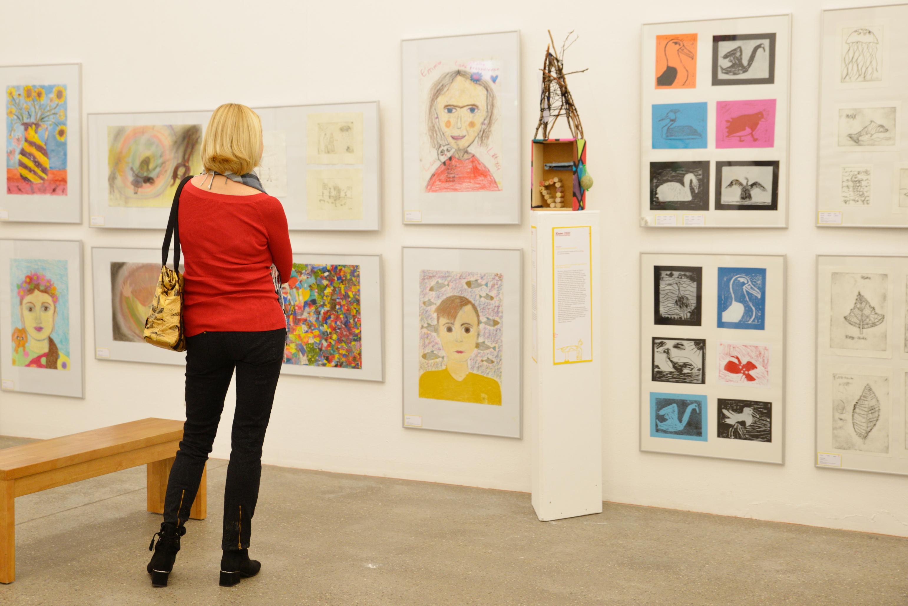 """Besucherin in der Ausstellung """"Jetzt ist es richtig Kunst"""""""