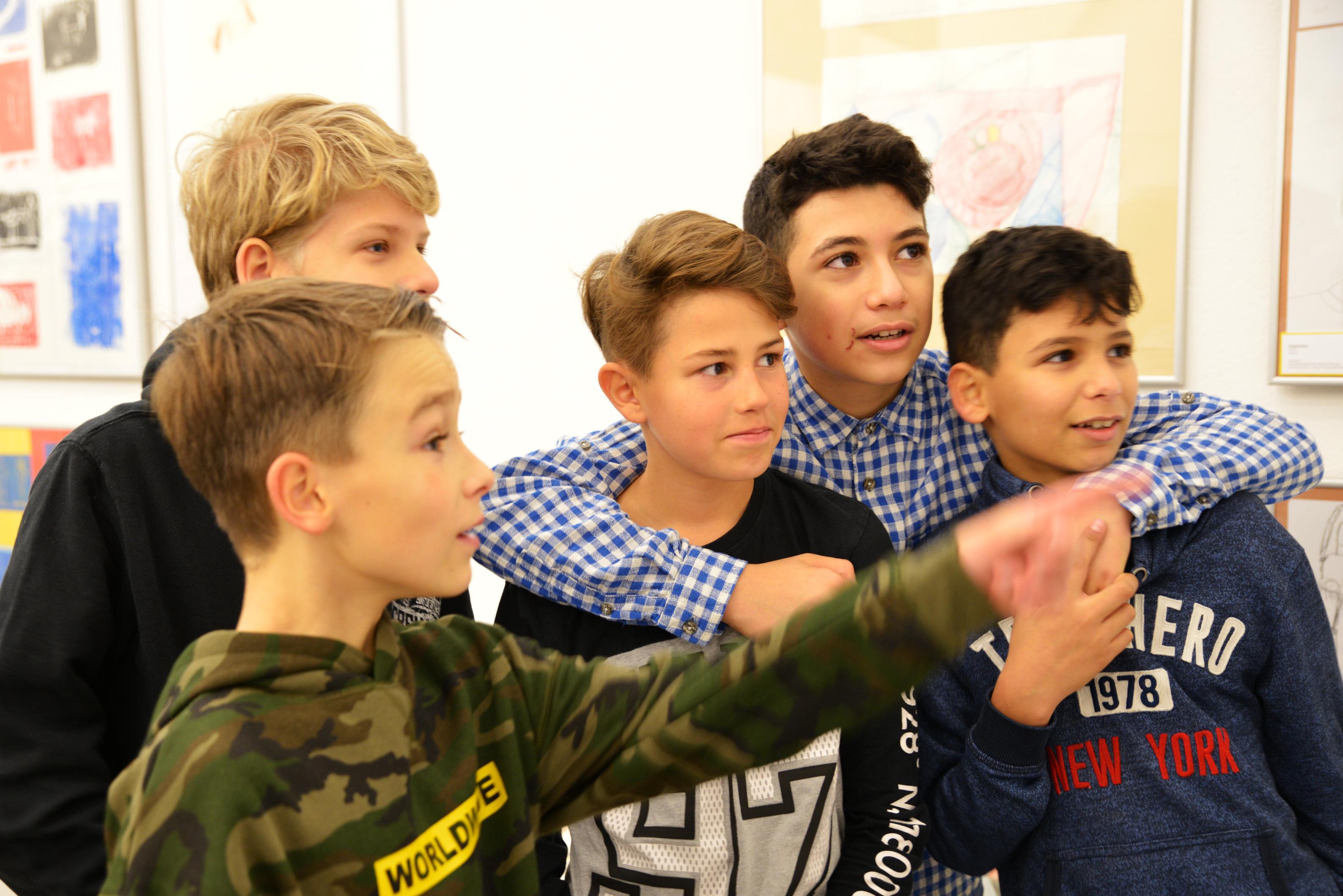 Junge Besucher der Ausstellung des Projektes Klasse:Kunst