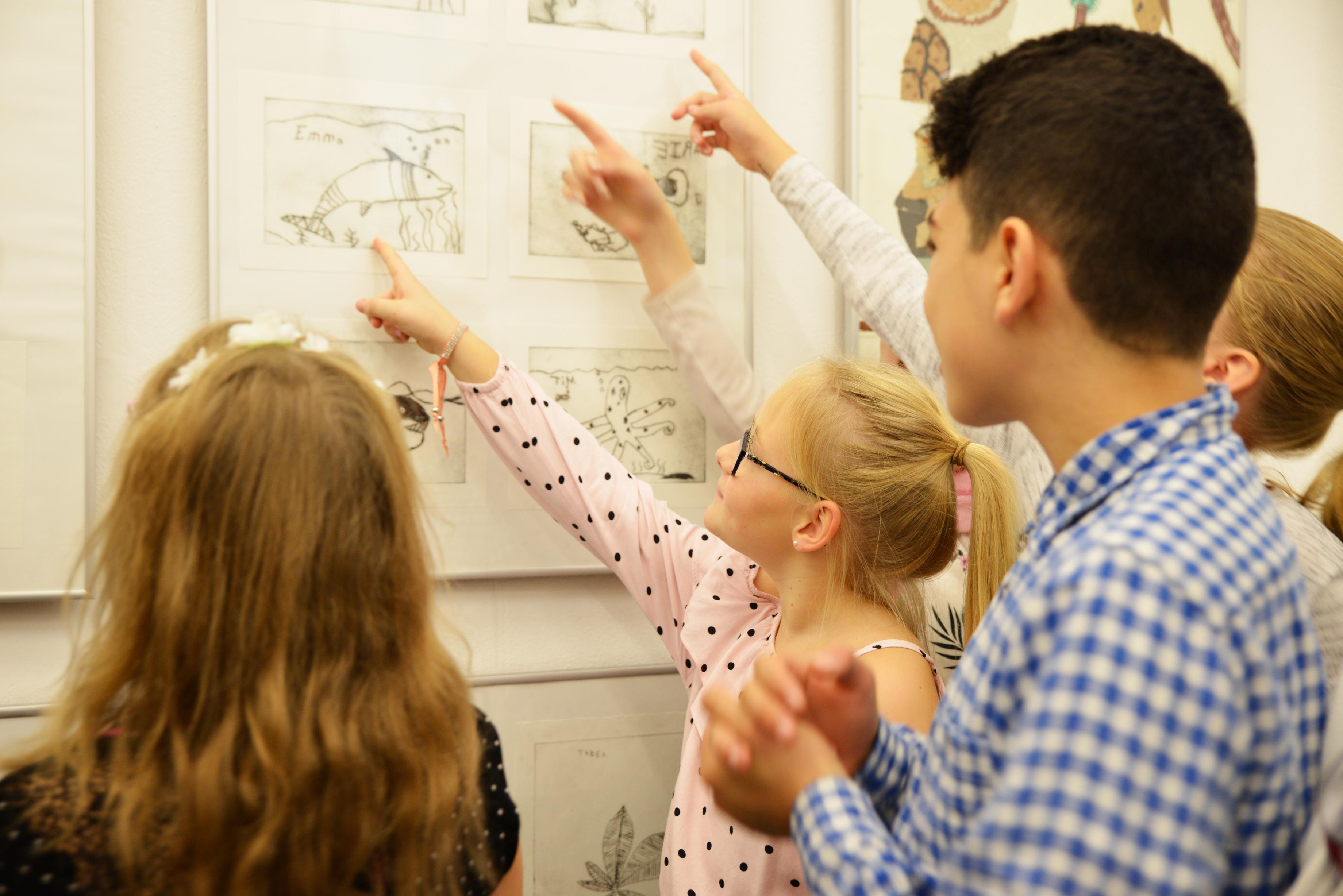 Kinder zeigen ihre Kunstwerke in der Ausstellung