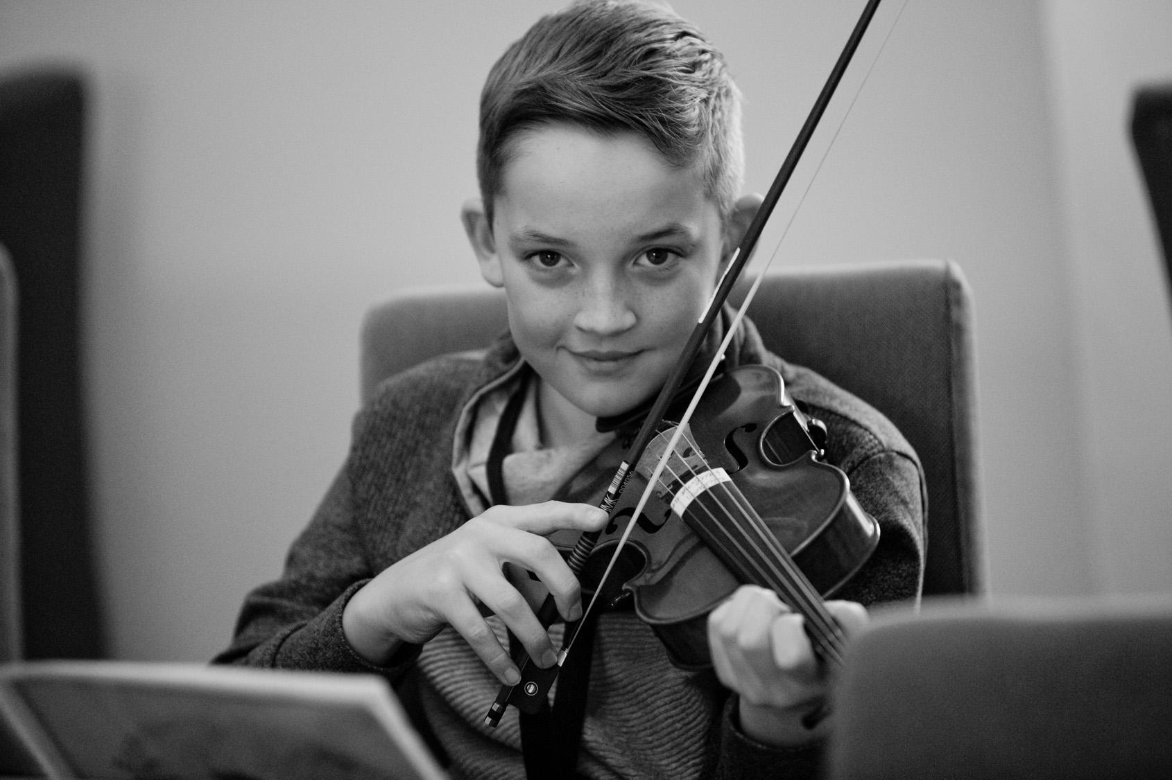 Ein Junge spielt Geige