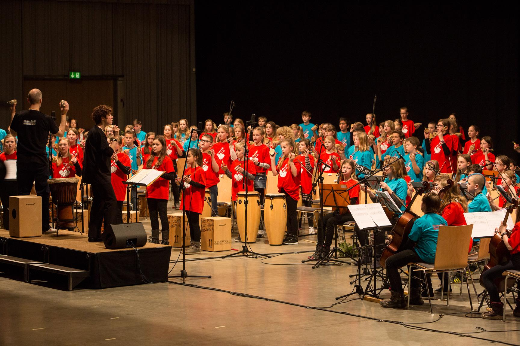 Schüler der Percussionklasse und der Streicherklasse Klasse:Musik