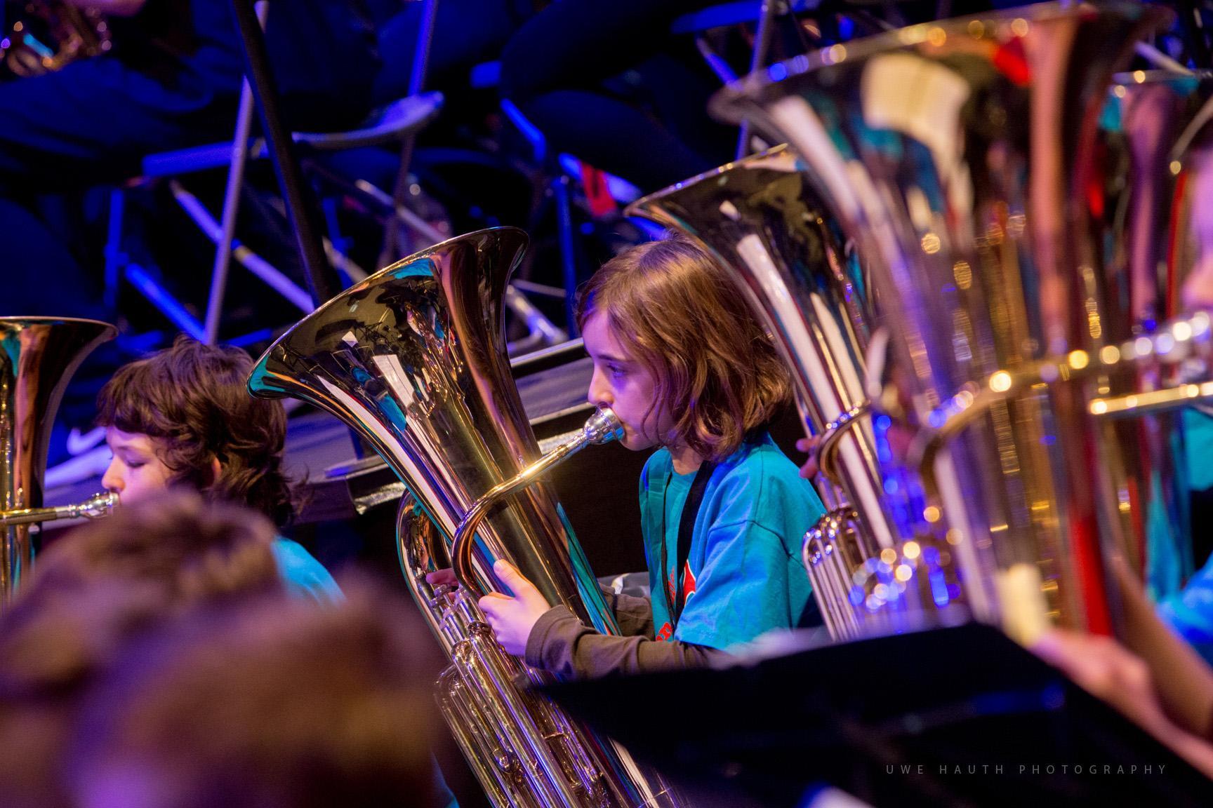 Junge Schülerin spielt Tuba