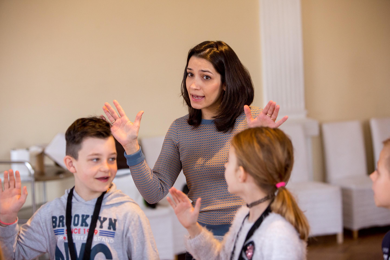 Dozentin und Schüler der Singklasse Klasse:Musik