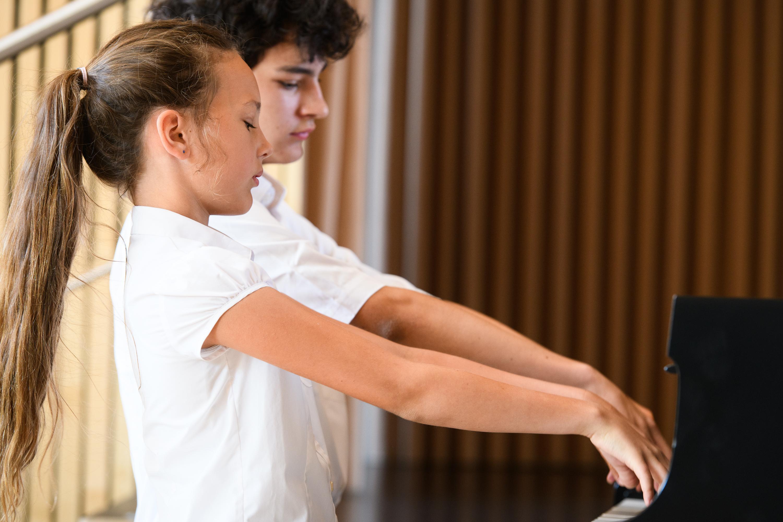 Klavier-Duo bei enviaM - MUSIK AUS KOMMUNEN