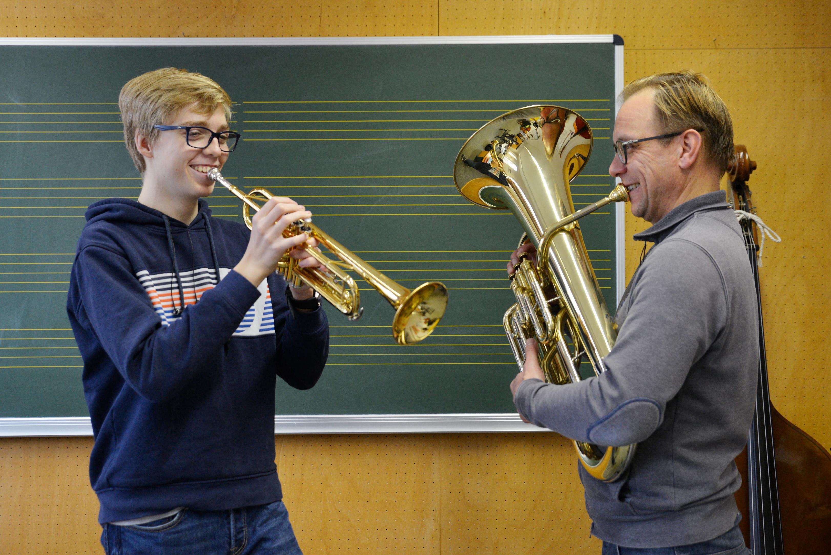 Dozent und Schüler mit Blasinstrumenten