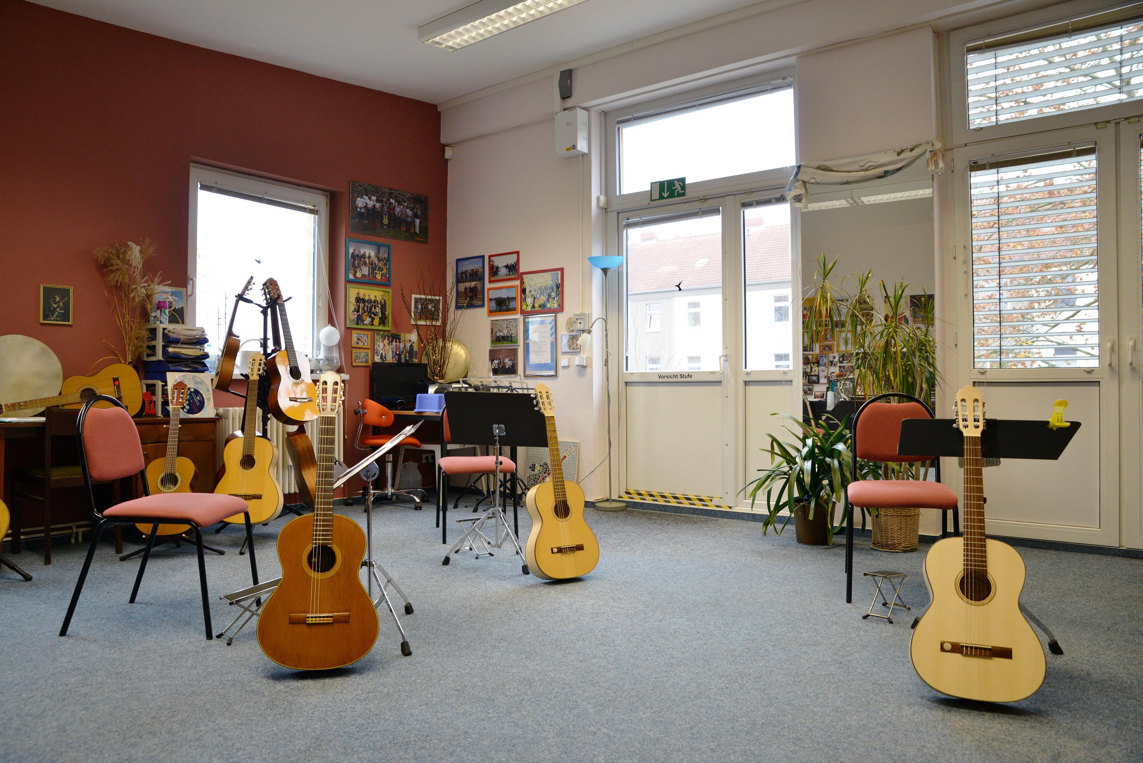 Ein Raum mit Gitarren