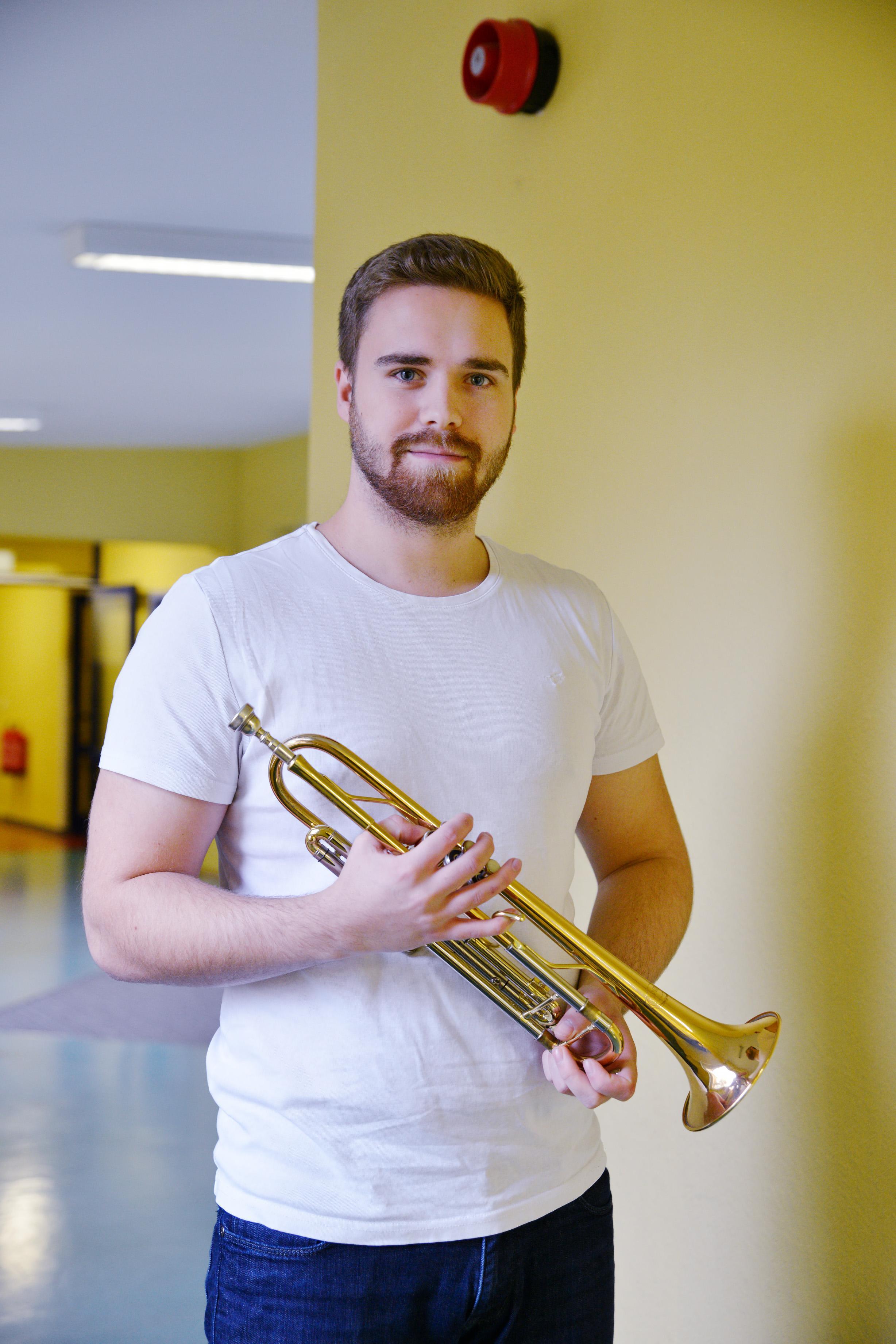 Ein Mann mit Trompete