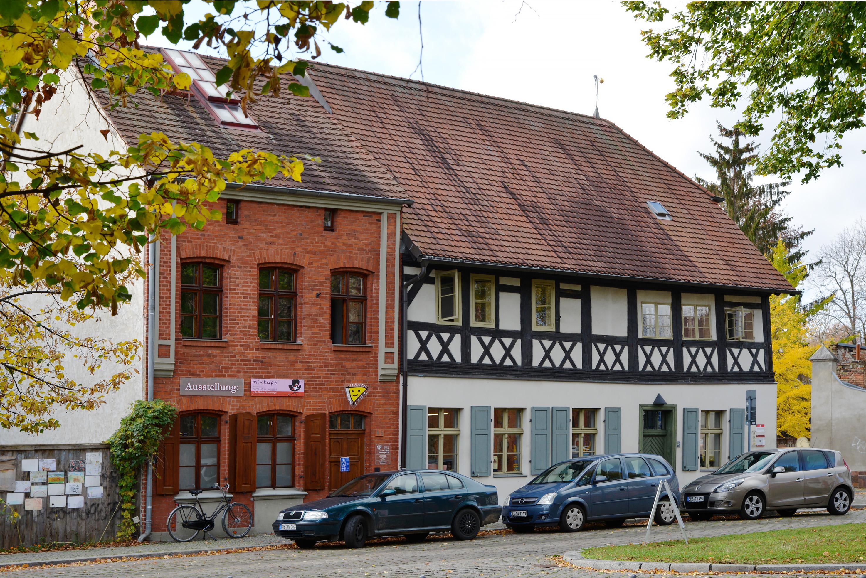 Gebäude der Ausstellung der Kunstschule Sonnensegel