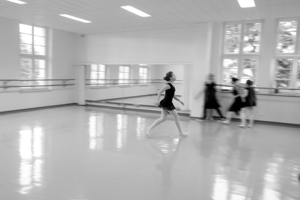Tänzerinnen in einem  Tanzsaal