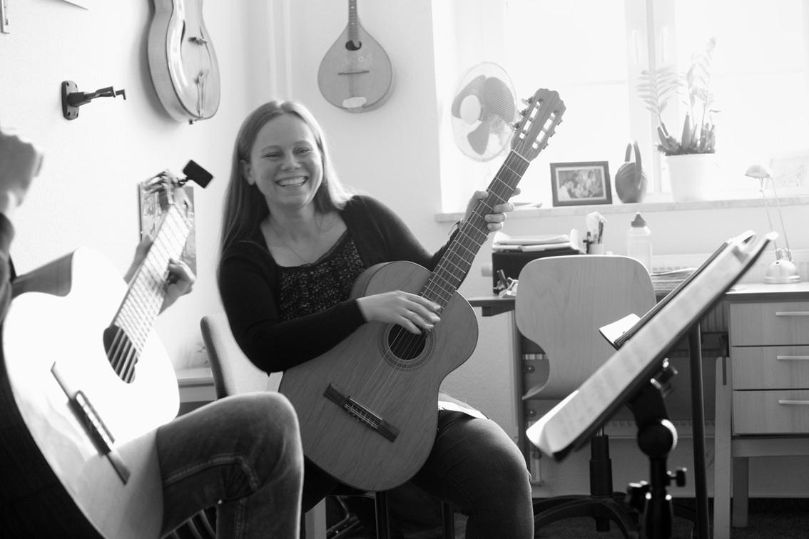 Eine Gitarrenschülerin