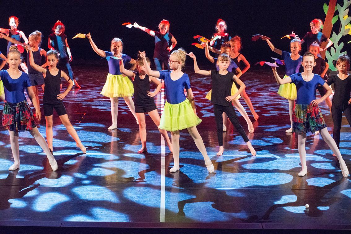 Eine Gruppe junger Tänzer