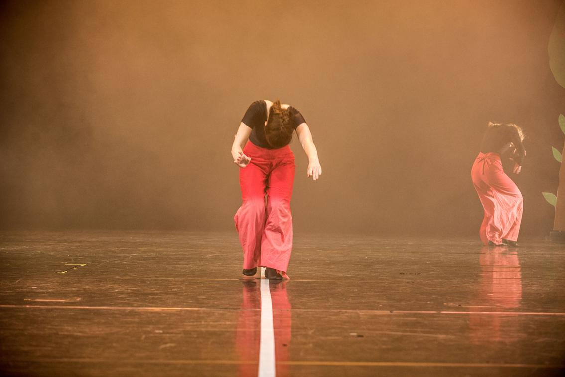 Eine Tänzerin auf einer Bühne