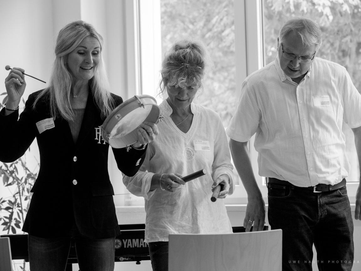 Drei Lehrkräfte mit Perkussionsinstrumenten