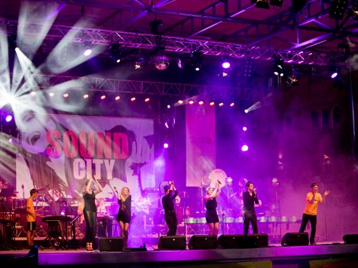 Musiker auf der Bühne beim Festival SOUND CITY