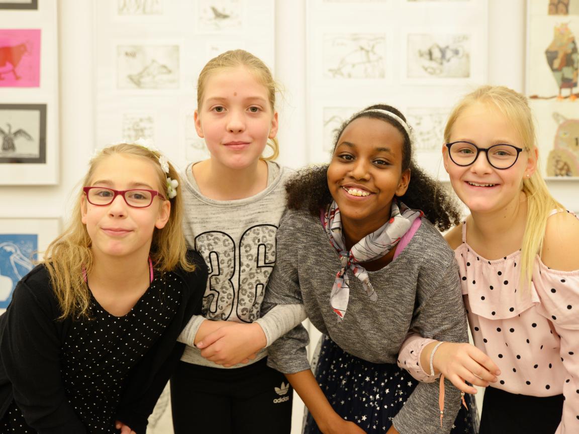 Besucher der Ausstellung Klasse:Kunst