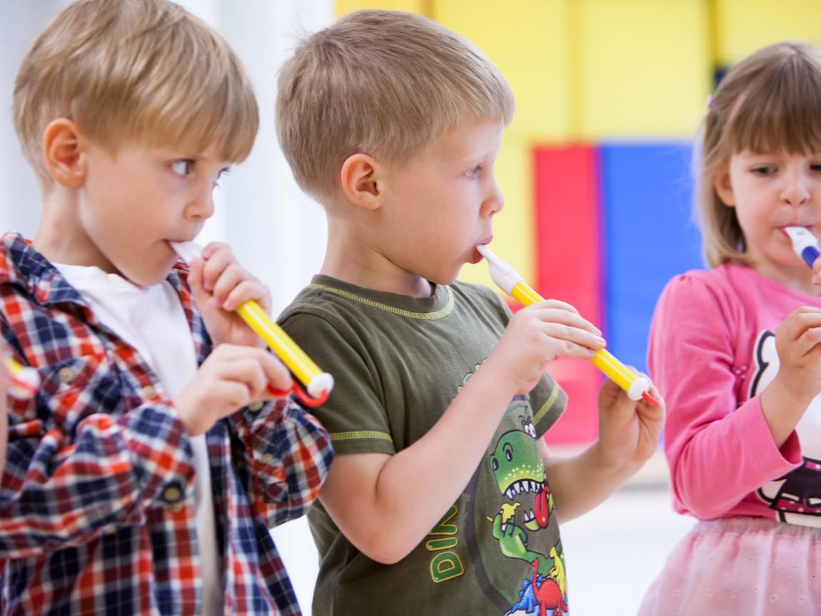 Drei musizierende Kinder Klingende:Kita
