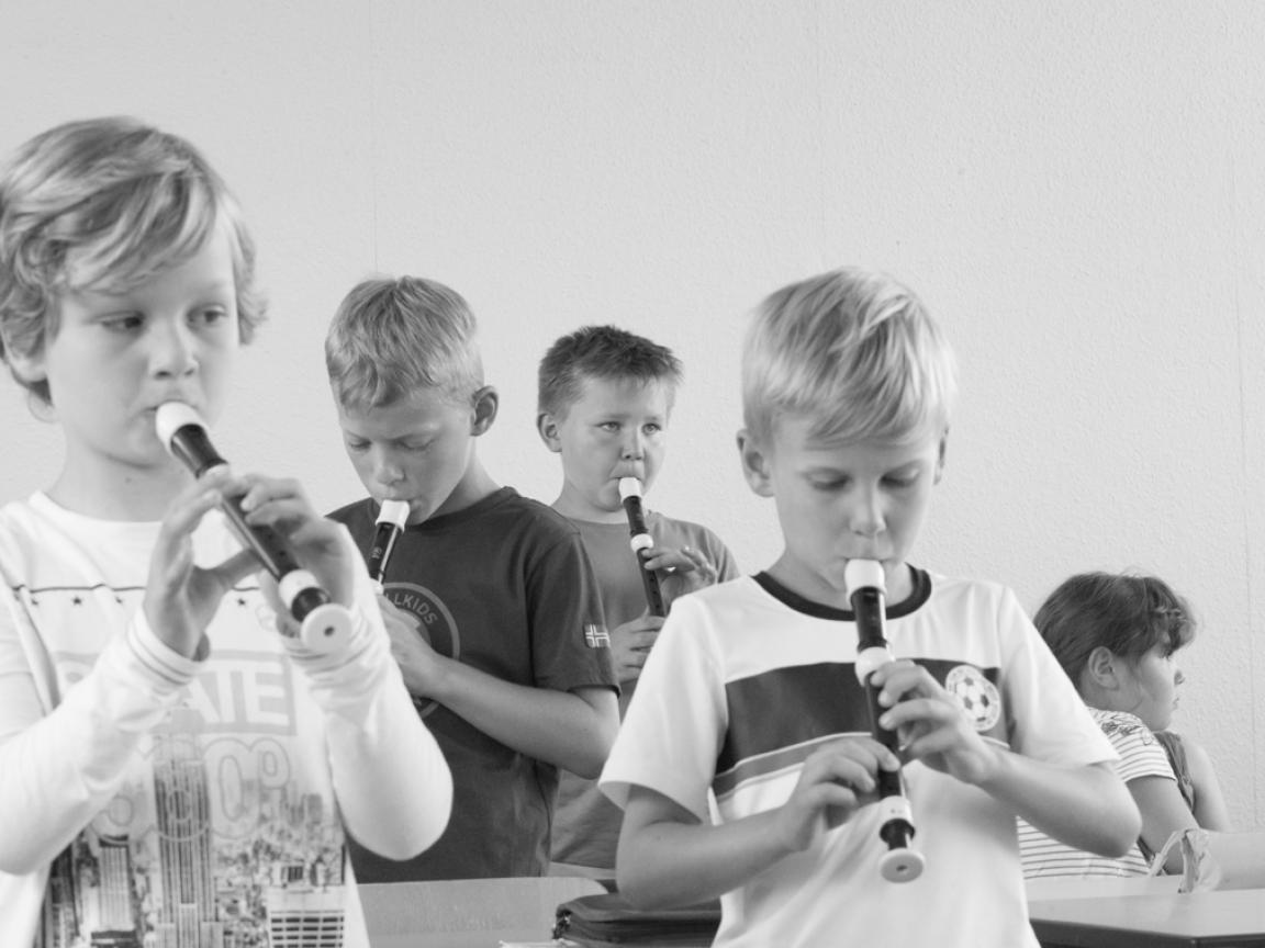 Eine Gruppe junger Flötenschüler