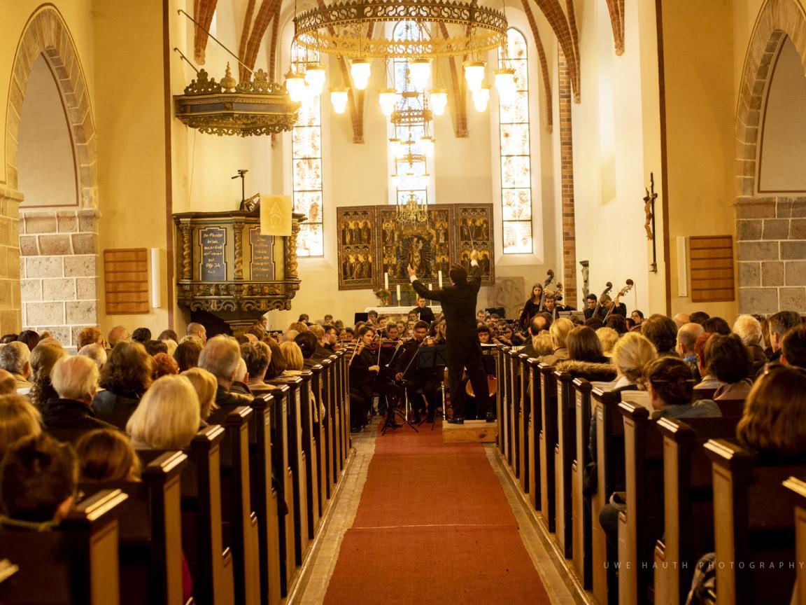 Konzert in einer hell erleuchteten Kirche