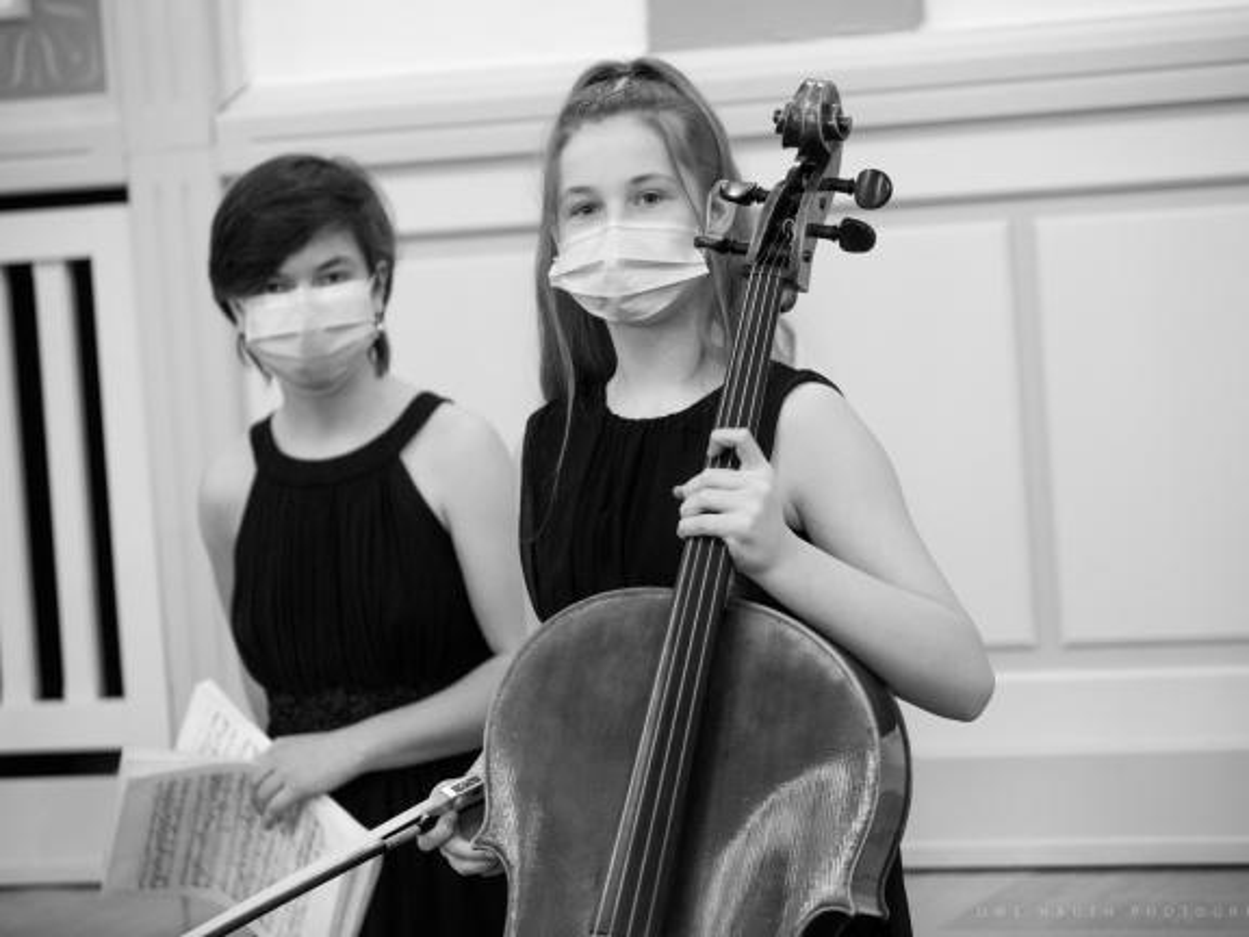 Zwei junge Musikerinnen mit Mundnasenschutz